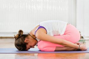 yoga-em-casa-bnyou-postura-de-criança